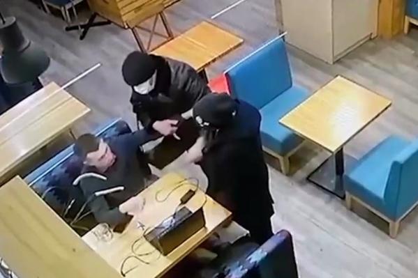 Трое неизвестных мужчин попытались похитить журналиста