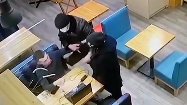 «Крепкие мужики в черных шапках и масках»: попытка похитить журналиста в Екатеринбурге попала на видео