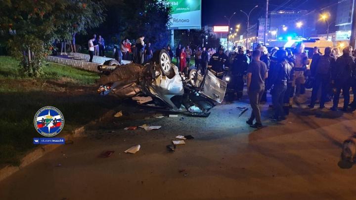 В центре Новосибирска перевернулся автомобиль — водитель наехал на бордюр