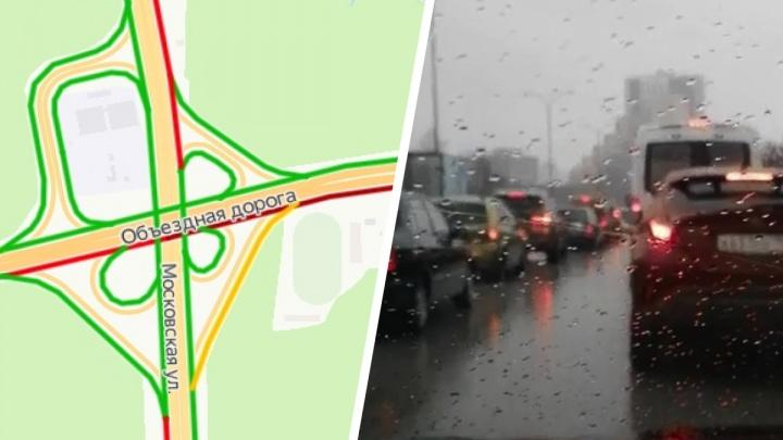 На Объездной дороге в Екатеринбурге из-за аварии образовалась огромная пробка