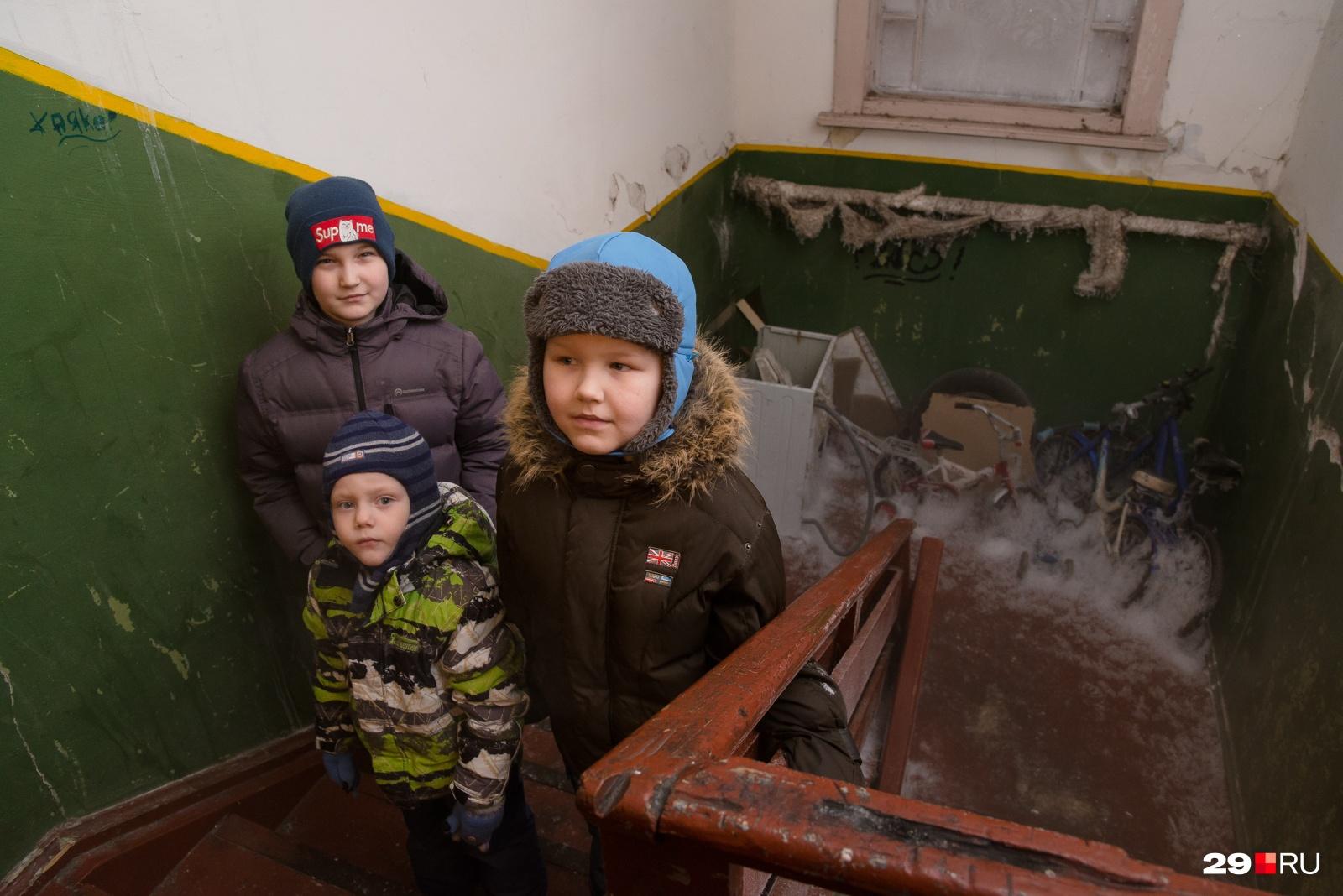 Слева — Вова, справа — Дима, а в центре самый маленький — Максим