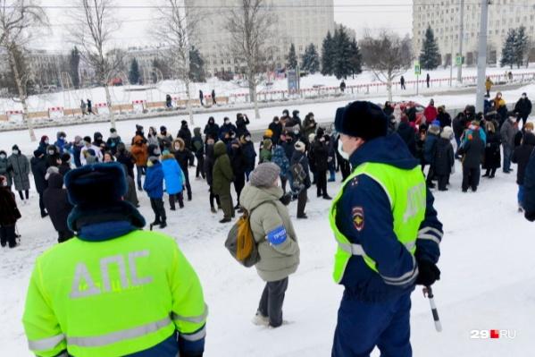 Точное количество участников, например, на архангельской акции в защиту Навального 31 января не смогли назвать ни в полиции, ни в администрации города — так как она была не согласована