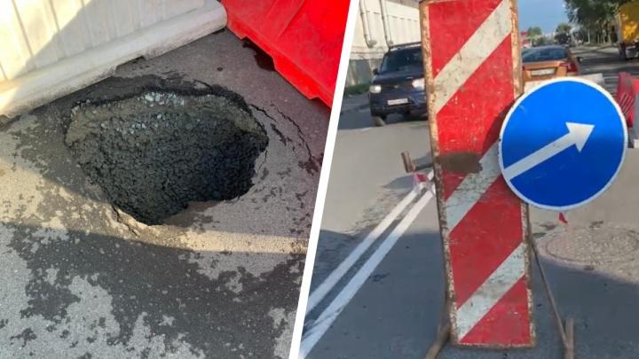 «Тут ремонта на полмиллиона»: екатеринбурженка повредила машину, пролетев через образовавшуюся на дороге яму