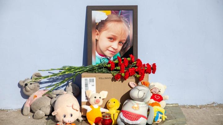 Стихийный мемориал у дома: как Лесобаза узнала о гибели маленькой Насти Муравьёвой