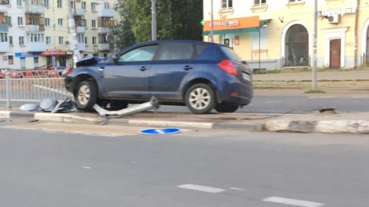 В Ярославле легковушка снесла ограждение