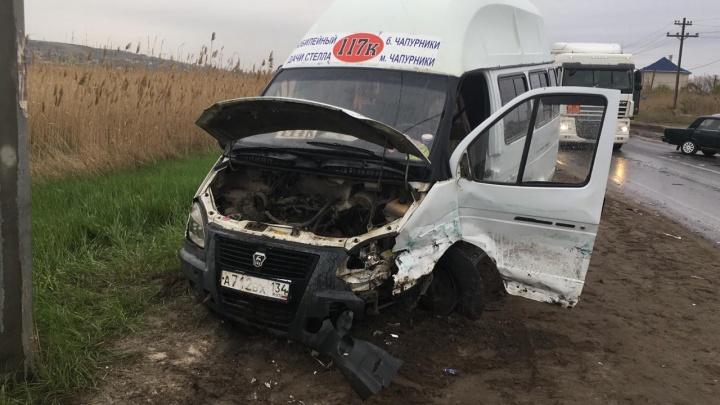 В Волгограде «Жигули» протаранили маршрутное такси, есть пострадавший