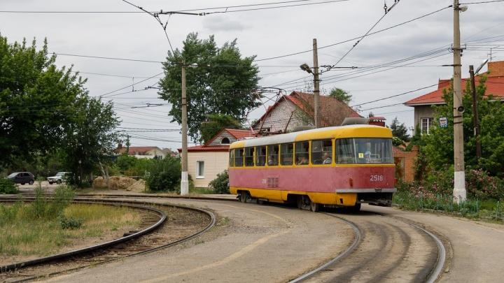Прямо у академии МВД: в Дзержинском районе Волгограда трамвай сошел с рельсов
