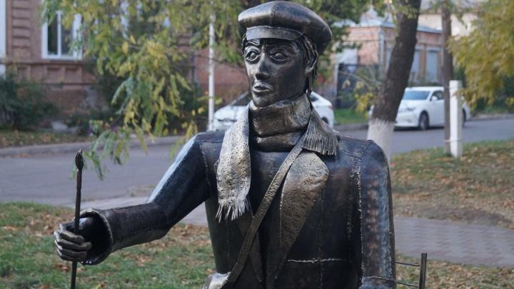 В Ейске установили фигуру художника. Местные недовольны объектом и сравнили его с «Аленкой»