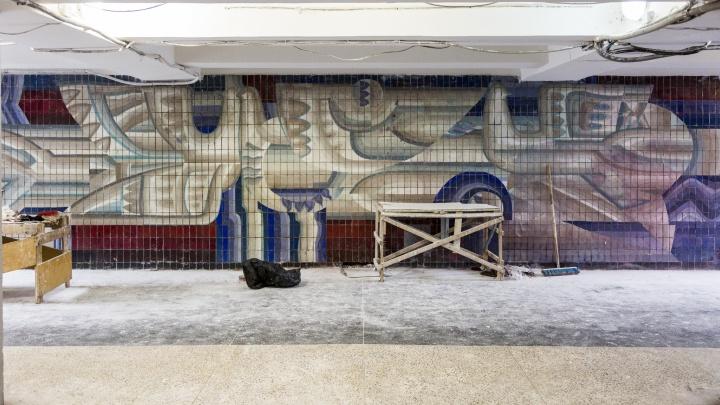 В центре Волгограда оттерли закрашенную историческую мозаику «Голубь мира»