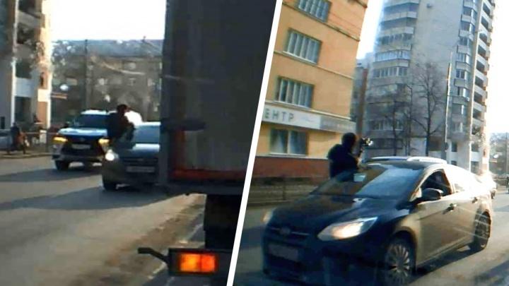 Высунулся из окна и выстрелил 7 раз: в Екатеринбурге сняли на видео, как пассажир иномарки устроил стрельбу