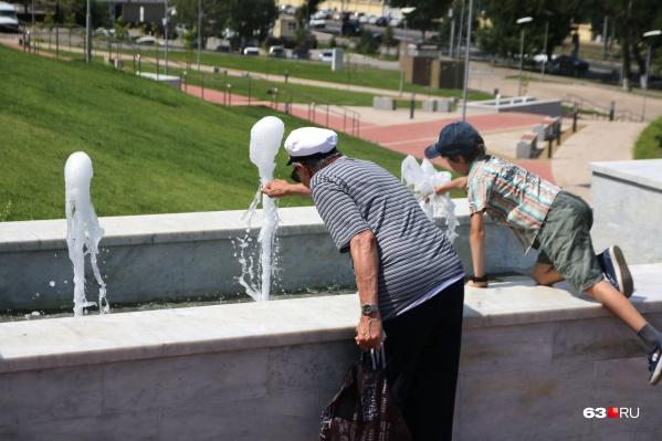 Один из вариантов спасения от жары — освежиться у фонтанов