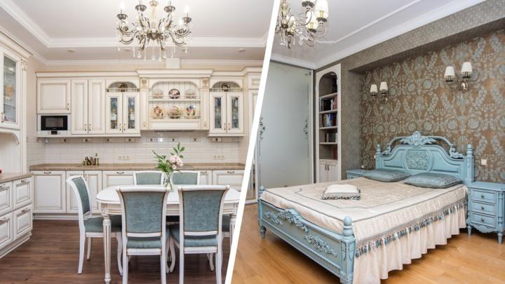 В центре Новосибирска продают роскошную «трешку», которая похожа на дворец. Рассматриваем интерьеры