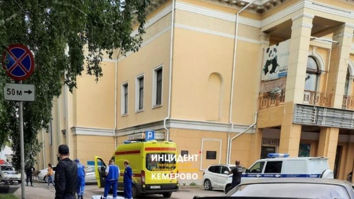 На улице в центре Кемерова нашли труп мужчины. Его зарезали ножом