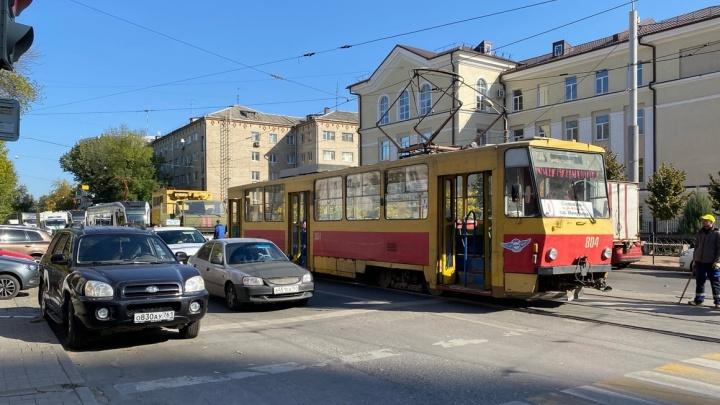 В Ростове трамвай сошел с рельсов, развернувшись на 90 градусов