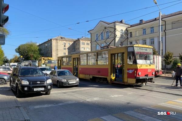 Трамвай на рельсы вернули, но движение пока не открылось