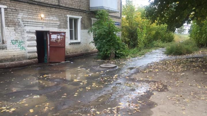 Вода стоит уже в подъезде: на севере Волгограда вторые сутки топит улицу у стадиона «Зенит»