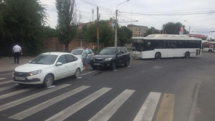 В Ростове автобус № 49 врезался в легковушку на Вавилова. Пострадали пассажиры