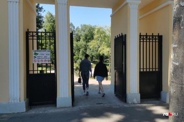 Карякинский сад обнесен высоким черным забором и со входа встречает посетителей списком запретов