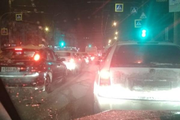 Больше получаса горожане пытаются проехать по замершей дороге в Дзержинском районе