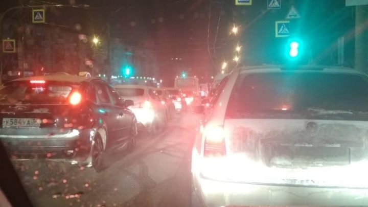 «Пять циклов светофора стоим неподвижно»: оживленные дороги Волгограда парализовало «мертвыми» пробками