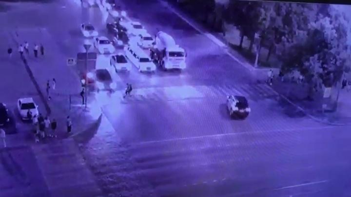 В Екатеринбурге самокатчица проехала на красный свет и врезалась в машину: видео