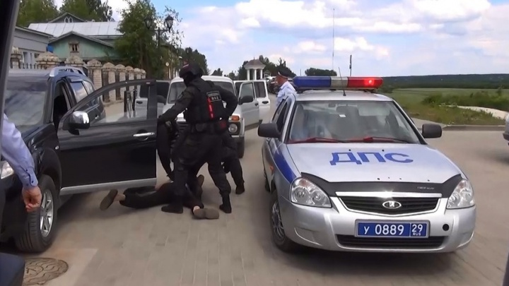 В Вельске спецназ задержал подозреваемого в вымогательстве денег у сироты. Видео