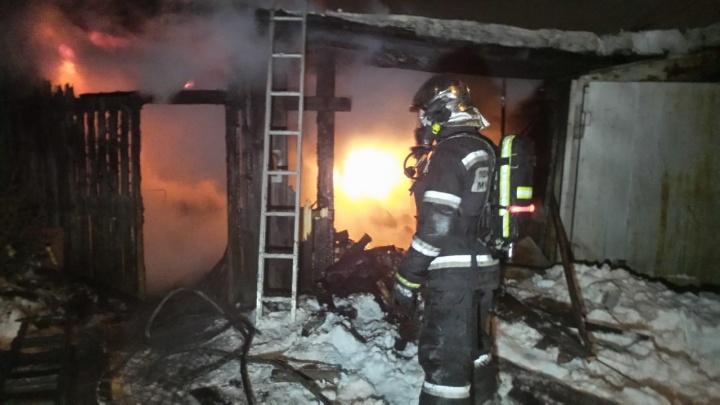 На ВИЗе сгорел частный дом. Спасатели вытащили из огня пожилого хозяина