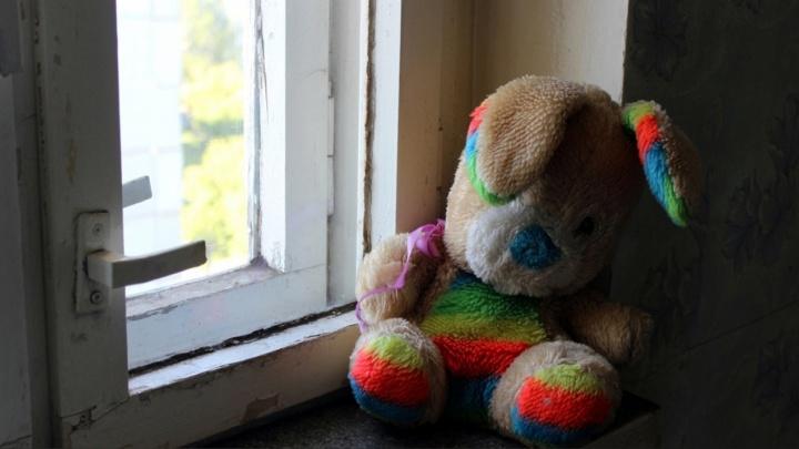 Из окна квартиры в Кировском округе выпал 2-летний мальчик
