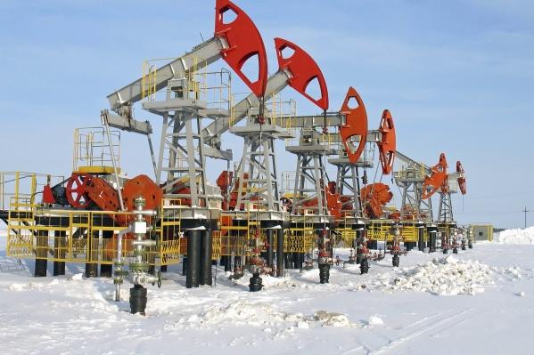 """В Югре, бюджет которой на 70% состоит из «нефтяных» доходов, в 2020 году <a href=""""https://86.ru/text/business/2021/01/22/69717151/"""" class=""""_ io-leave-page"""" target=""""_blank"""">рекордно снизилась добыча нефти — на 10,7%.</a>"""
