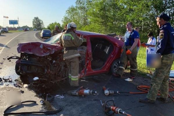 На место аварии пришлось вызывать пожарных с гидравлическим инструментом