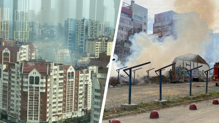 В центре Екатеринбурга пожар на месте, где УГМК собирается строить элитный ЖК