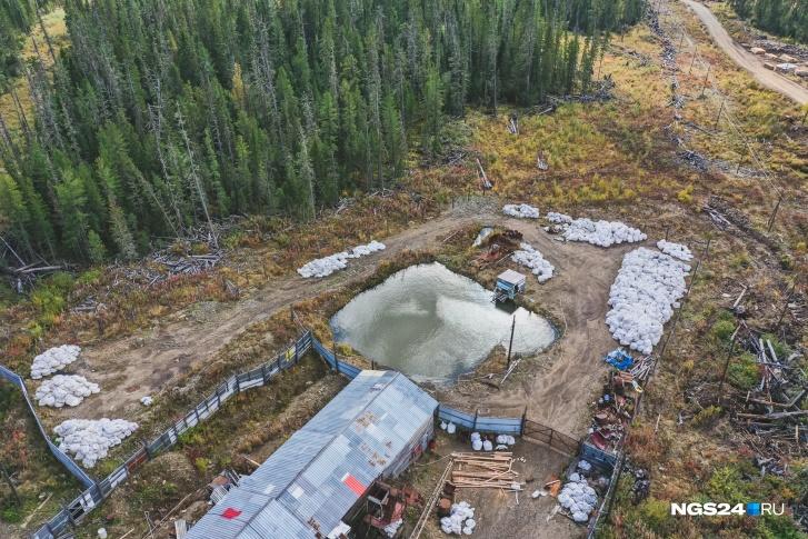 Золотодобыча идет в устье реки — так это выглядит сверху