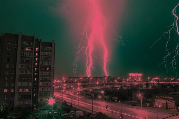 Тюменцы говорят, что гром слышали около получаса, а потом стихия успокоилась