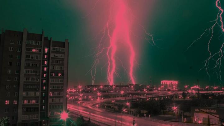 «Гром шарахал так, что посуда звенела». Ночью в Тюмени прошел сильный ливень с громом и молнией