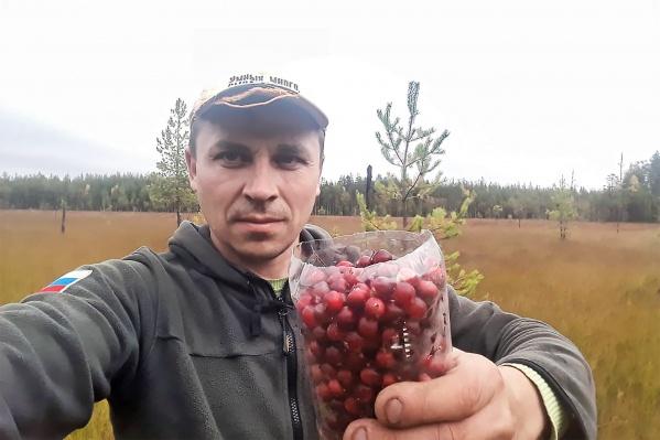 """Летом и осенью Максим не вылезает из чердынских <nobr class=""""_"""">лесов —</nobr> он вместе с местными жителями собирает ягоды и грибы"""