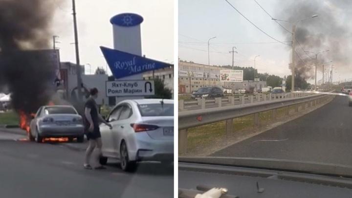 На въезде в Бердск на дороге загорелась «Мазда» — на видео попал момент ее взрыва