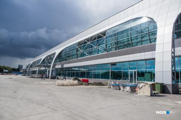 Все пассажиры самолета ожидают вылета в аэропорту