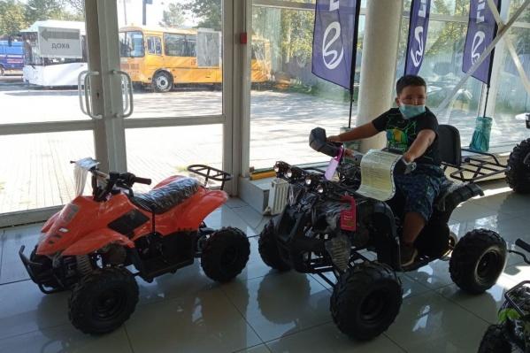 На снимке Рома в магазине, где продают квадроциклы, о которых он мечтает. В «Дедморозим» говорят, что рост Ромы сейчас 130 сантиметров, а вес — 49 килограммов. Эти параметры имеют значения для подбора квадорцикла