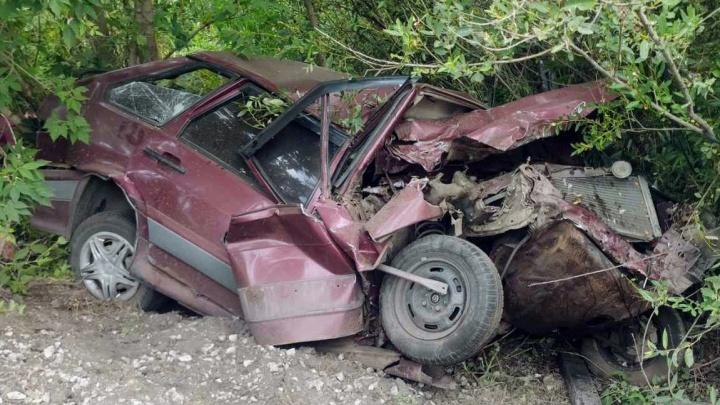 «Пассажира выкинуло из салона»: на трассе в Самарской области ВАЗ врезался в прицеп