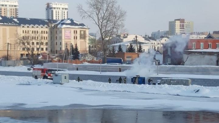 В Челябинске на стройке набережной у реки Миасс вспыхнул пожар