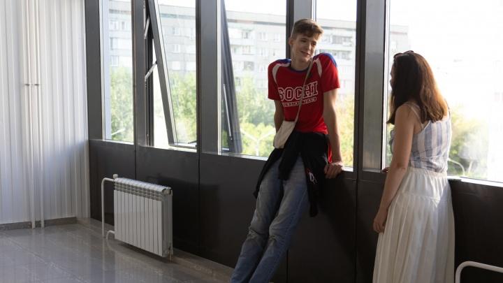 «Мне ничего не мешает в жизни, кроме дверей и потолков»: как живется самому высокому школьнику России