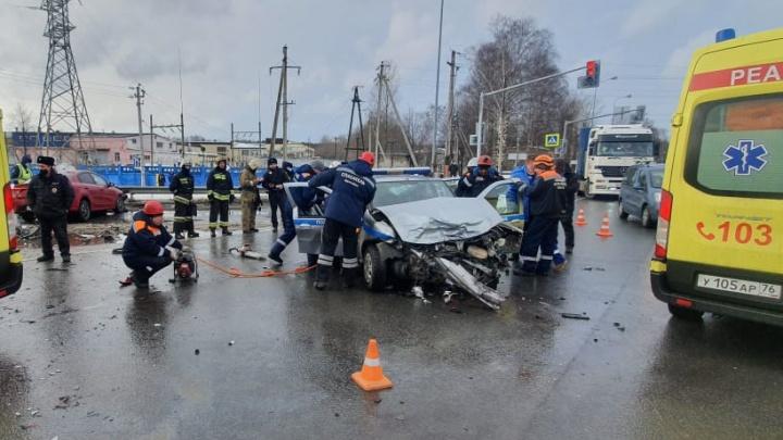 Полицейских вырезают из машины: в Ярославле автомобиль спецслужбы столкнулся с легковушкой