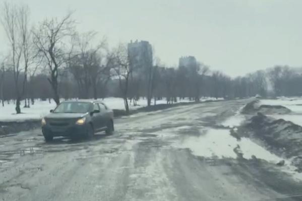 Автомобилисты пробираются по ямам со скоростью не более 5 километров в час