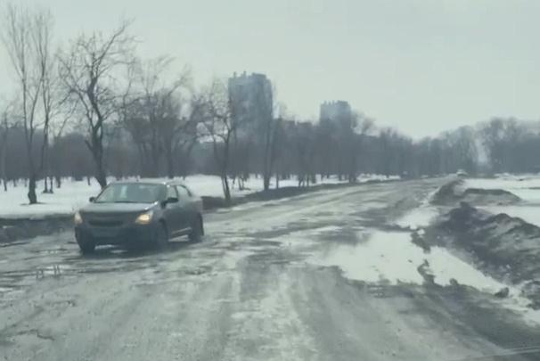 «Это лунные кратеры»: челябинец снял на видео, как тысячи его соседей добираются домой по бездорожью