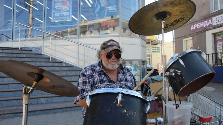 Известного уличного барабанщика парализовало. Теперь он будет жить в геронтологическом центре