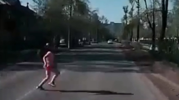 В Северодвинске автомобиль сбил девятилетнюю девочку. Момент ДТП попал на видео