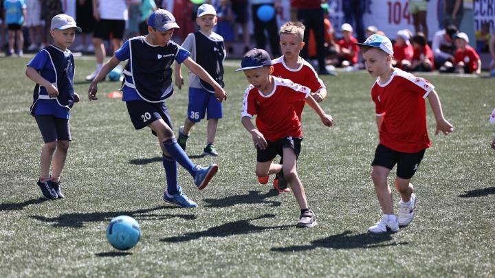 Разбитые коленки, слезы и награда от Ловчева: детсадовцы выяснили, кто лучшие футболисты в Челябинске