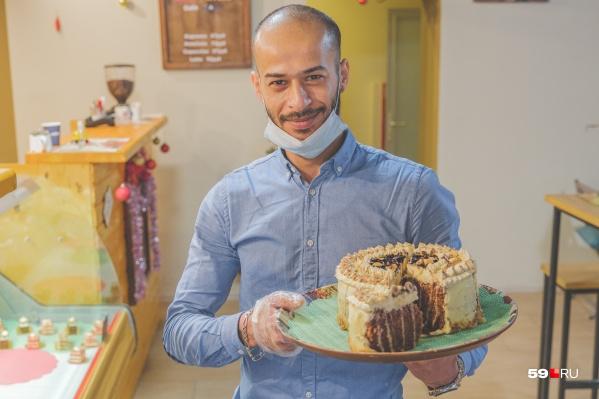 Амен Хуссеини вырос в Тунисе — бывшей французской колонии. Сейчас он живет в Перми и делает для пермяков десерты по традиционным французским рецептам