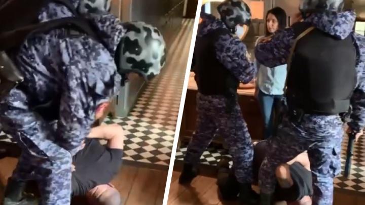 В ресторане Красноярска бойцы Росгвардии скрутили агрессивного иностранца