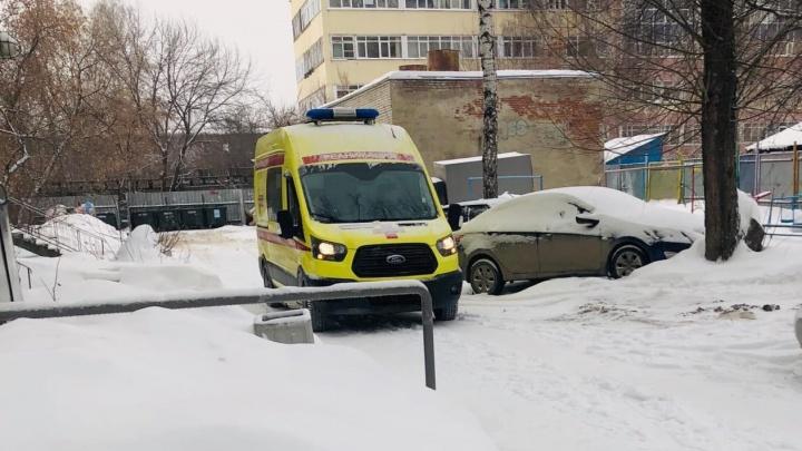 В Екатеринбурге в квартире обнаружили тело мужчины. Оно пролежало там больше месяца